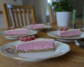 Glasstårta med vanilj och jordgubbar